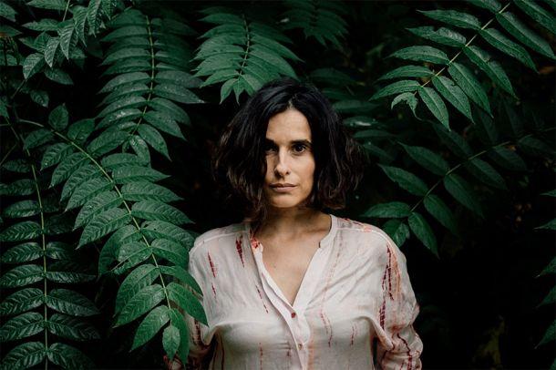 """ee1f5be510d2 Apesar de hoje se fazer saber """"Por Engomar"""", o novo álbum de Cristina  continua Branco até que as mãos e ouvidos alheios lhe toquem na pureza,  algo que deve ..."""